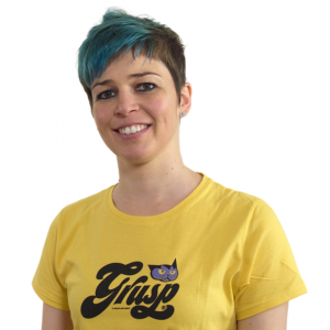 Giulia Tosato ragazza con maglietta gialla grusp, capelli blu corti