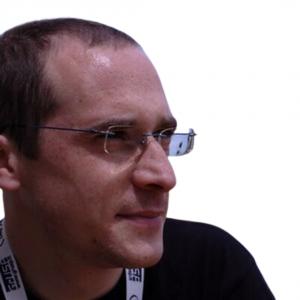 Daniel Londero uomo con occhiali rettangolari senza barba