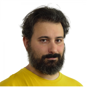Francesco Fullone uomo con maglia gialla con barba lunga e capelli corti