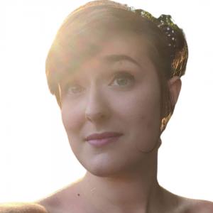 Michela Bertaina ragazza con capelli raccolti in uno chignon e frangia