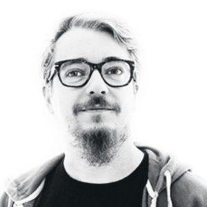 claudio serena, uomo con barba e baffi vestito in felpa bianco e nero con occhiali